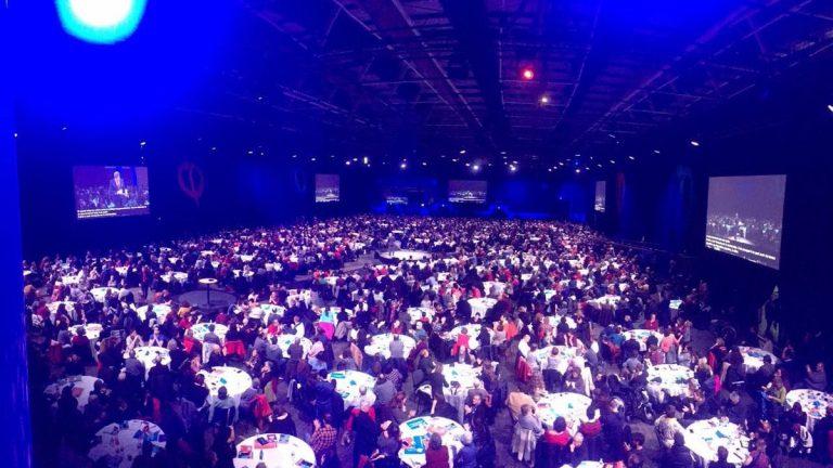 Les participants à la séance de clôture de la Convention au travail, assis à leurs tables