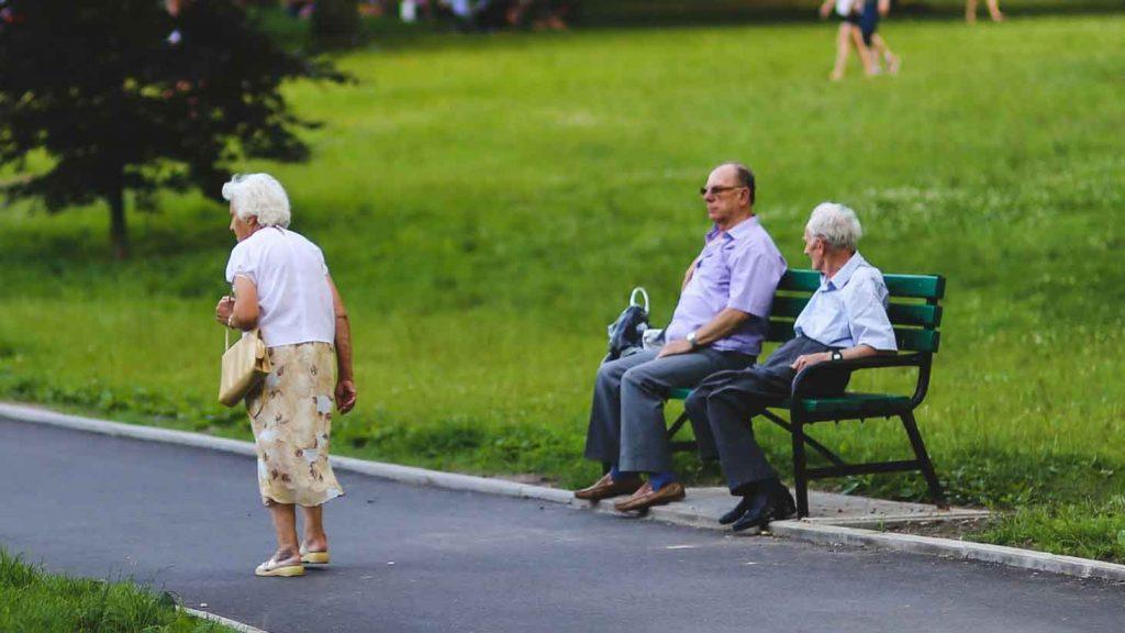 Retraités dans un parc