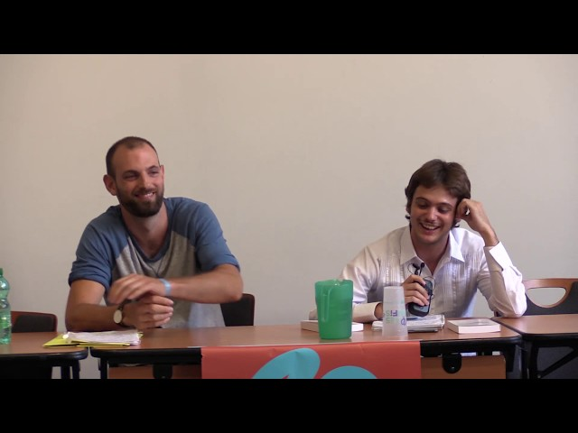 deux hommes en conférence