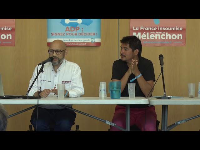 deux hommes à une table de conférence