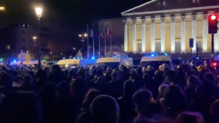 Rassemblement devant l'Assemblée nationale