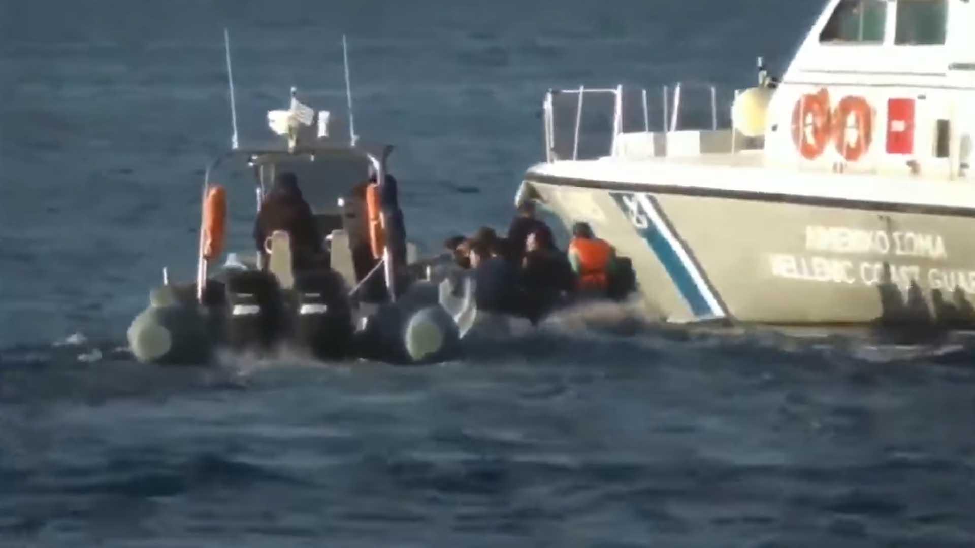 Un bateau de migrants entouré de garde-côte